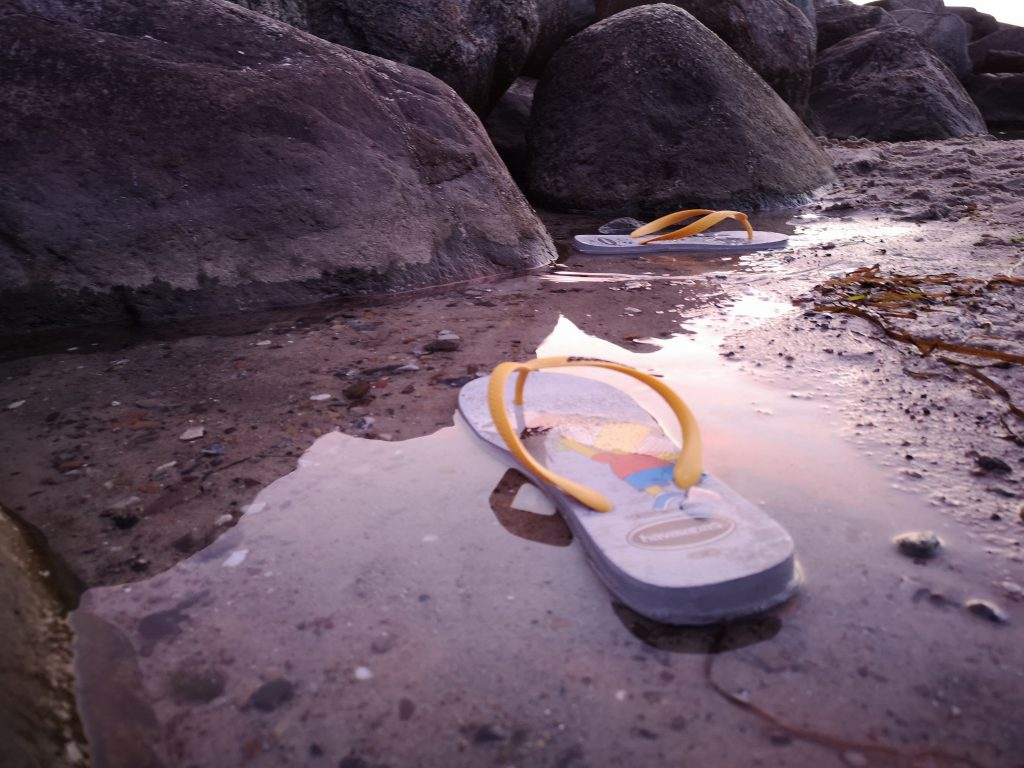 Sandale im Wasser
